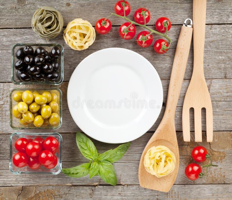Töm plattan på trätabellen med mat arkivfoton