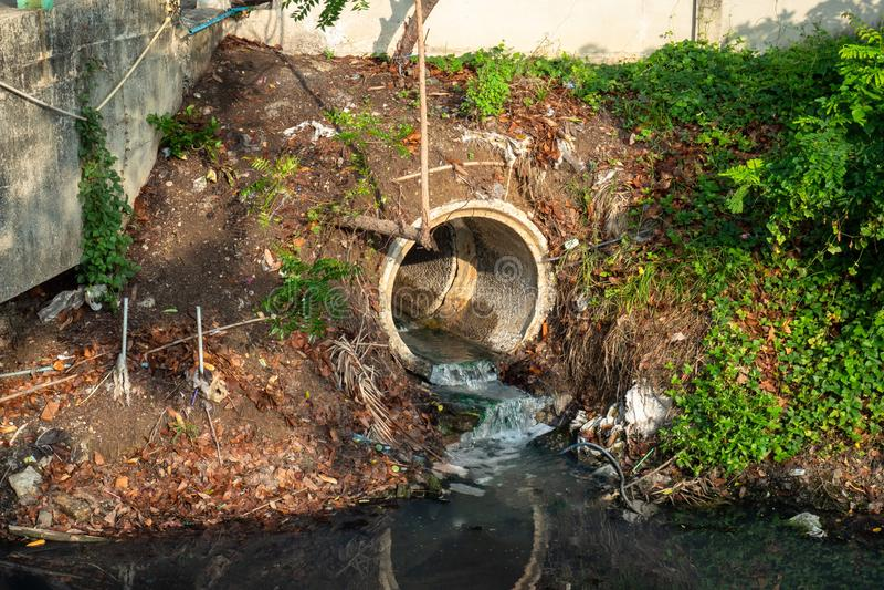 Töm röret eller utflödet eller avkloppfrigöraravloppsvatten in i floden fotografering för bildbyråer