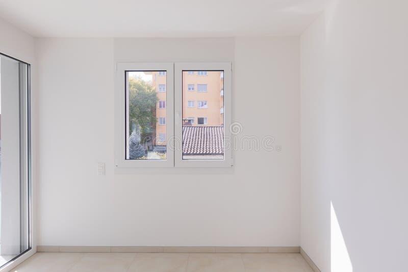 Töm rum, frontal sikt med fönstret royaltyfri fotografi