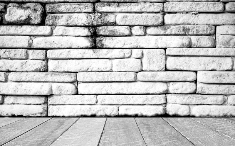 Töm rum med den vita tegelstenväggen och trägolvet Tomt utrymme för text och bilder fotografering för bildbyråer