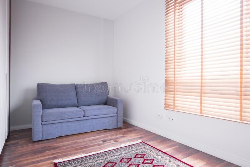 Töm rum med soffan royaltyfria foton