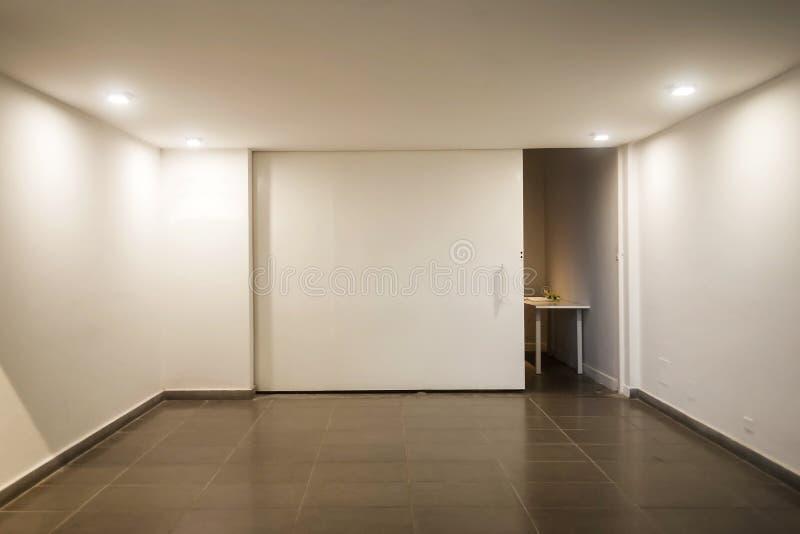 Töm rum med vita väggar och inga fönster arkivbilder