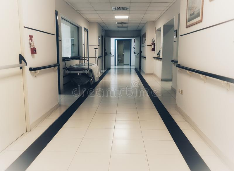 Töm säng i sjukhuset royaltyfria foton