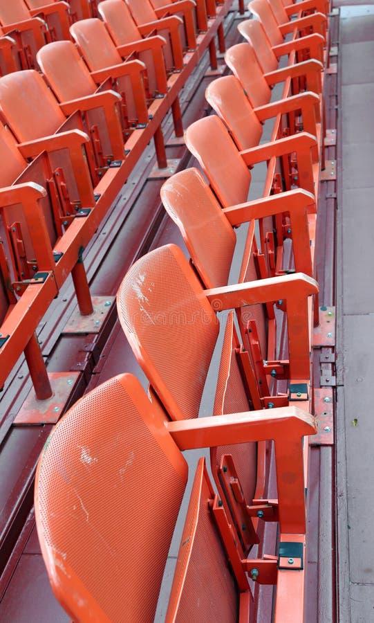 Töm stolar i stadion för showen arkivbild