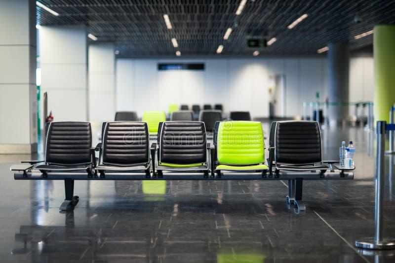 Töm stolar i väntande rum på flygplatsen arkivfoto