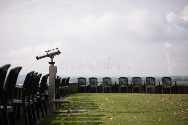 Töm stolar som väntar på något att undersöka arkivfoton