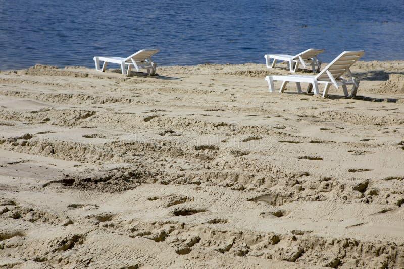 Töm sunbed på stranden royaltyfri foto