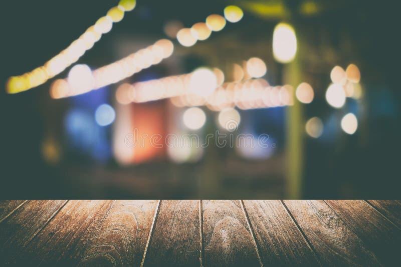 Töm tabellen med suddig Bokeh restaurangbakgrund Passande för produktskärm arkivfoto