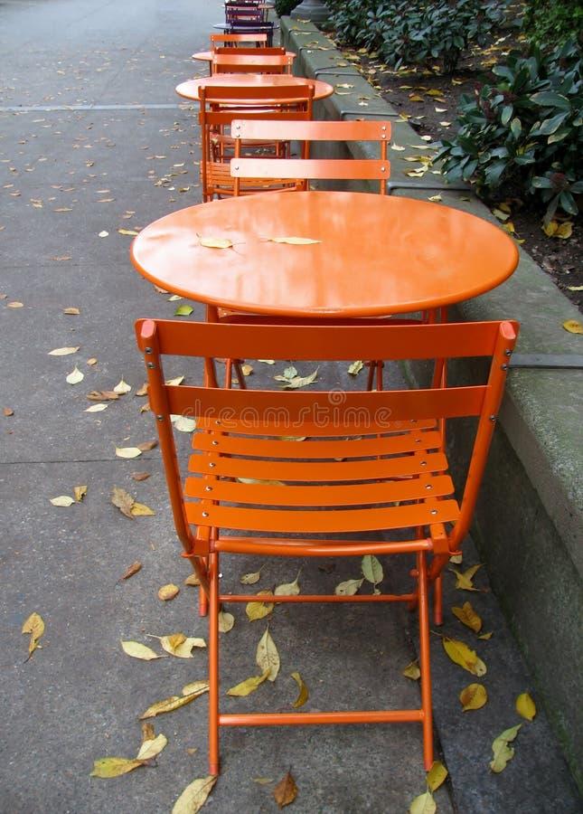Töm tabeller i ett gatakafé fotografering för bildbyråer