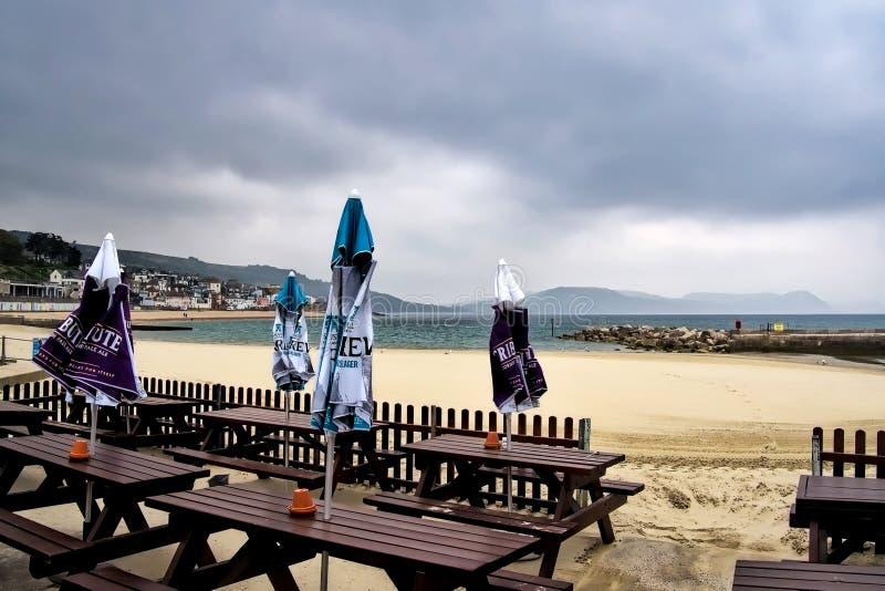 Töm tabeller - Lyme Regis royaltyfri bild