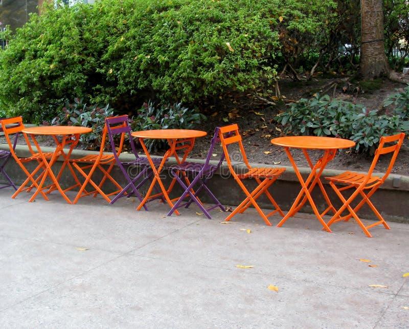 Töm tabeller och stolar i ett gatakafé royaltyfri foto