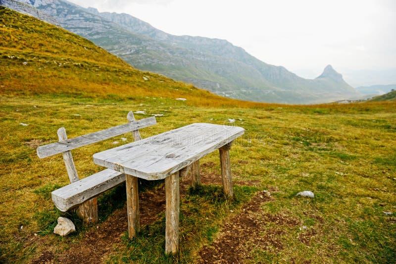 Töm träbänken och bordlägga på ett berg royaltyfri foto