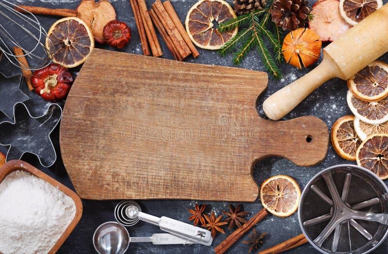 Töm träbrädet och ingredienser för att laga mat att baka för jul, arkivfoton