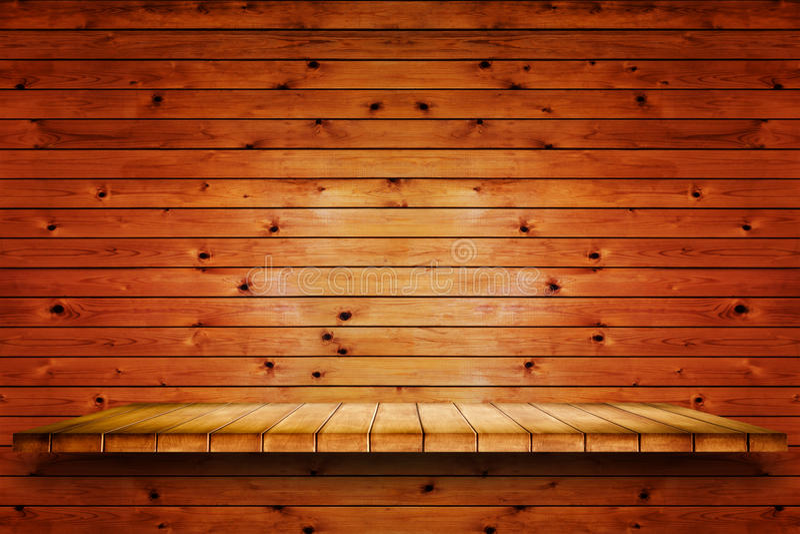 Töm trähyllan på gammal wood väggbakgrund fotografering för bildbyråer