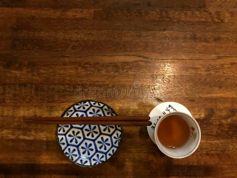 Töm upp plattan, pinnen och ett te royaltyfri bild