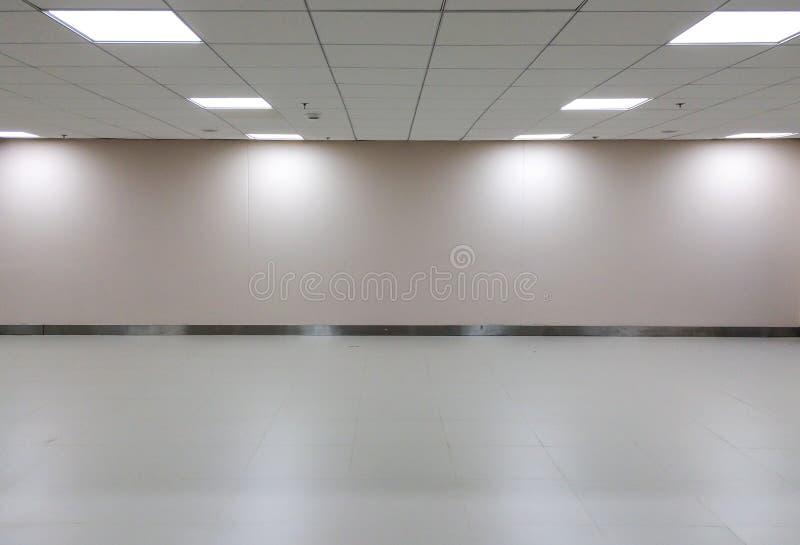 Töm utrymme av vitt rum med takljus för galleriinre arkivbild