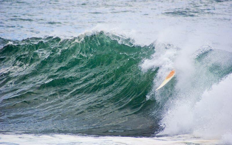 tömd bränningsurfingbrädawave royaltyfri fotografi