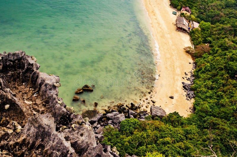 Tömd strand på en ö med stenar och tätt grönskog och bambu Visa från Monkey-öns överkant fotografering för bildbyråer