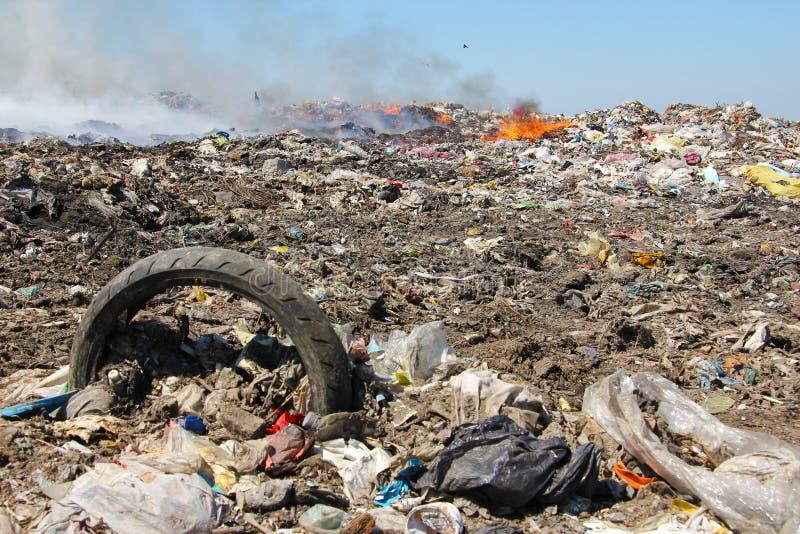 tömning av avskrädeförorening royaltyfri foto