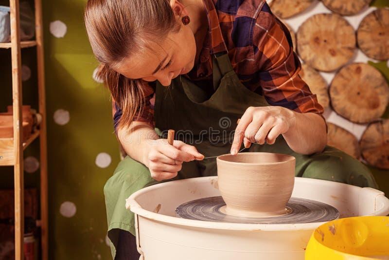 Töpfer sculpts eine tiefe Schüssel stockfoto