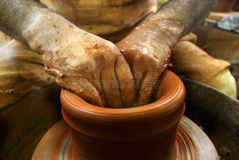 Töpferhände lizenzfreies stockfoto