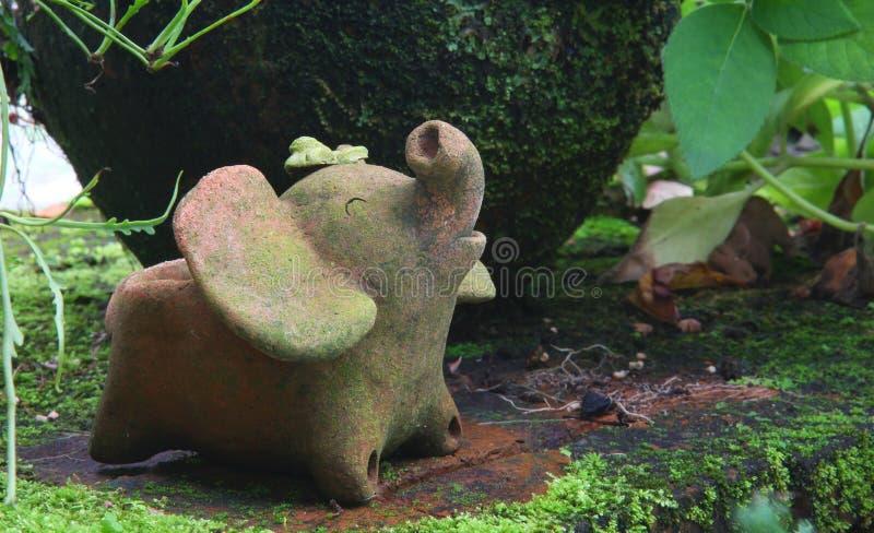 Töpferware im Garten stockfotos