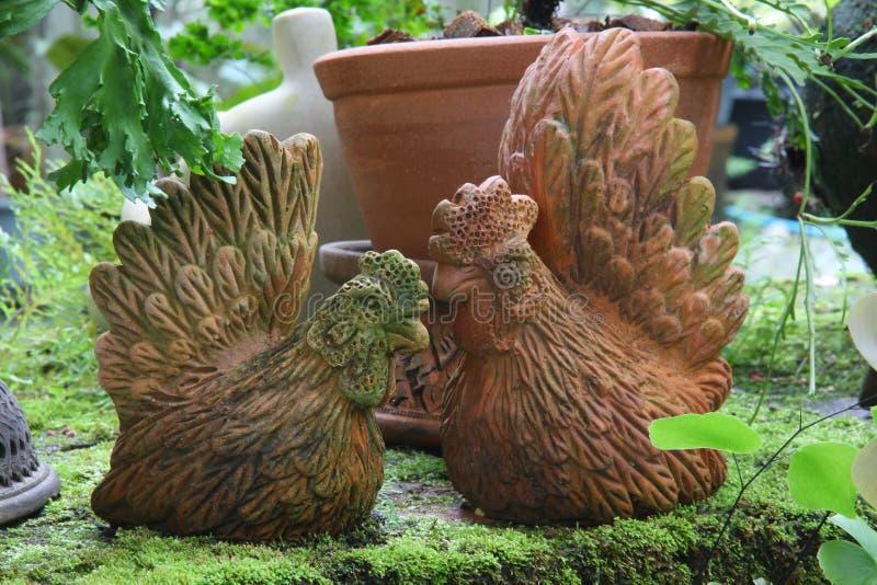Töpferware im Garten lizenzfreie stockfotografie
