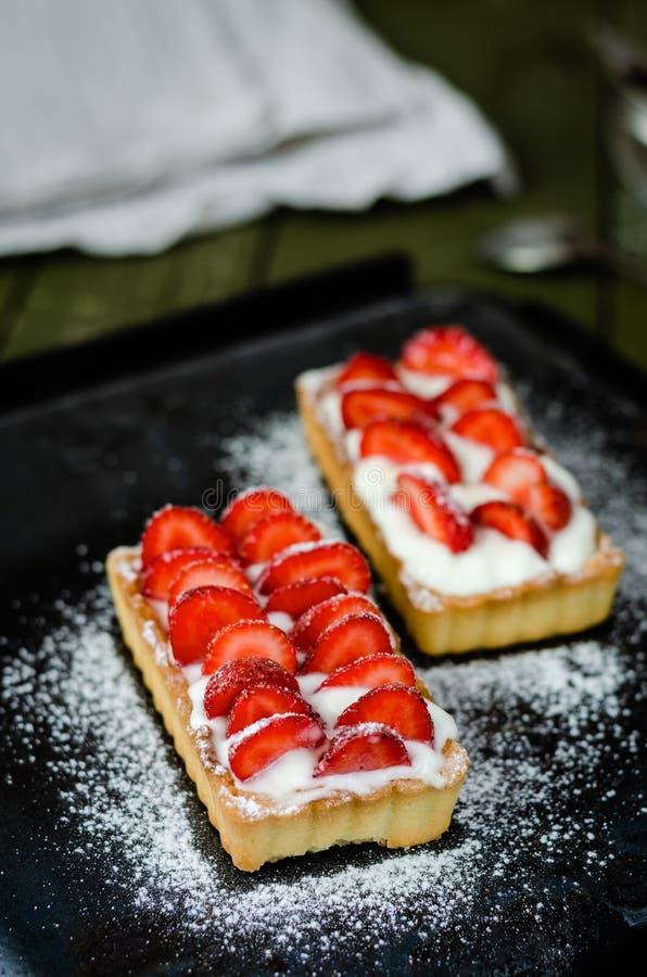 Törtchen mit Erdbeeren und Schlagsahne stockfotos
