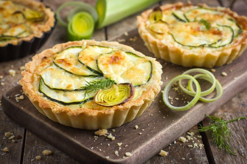 Törtchen mit Zucchini, Porree und Käse lizenzfreie stockbilder