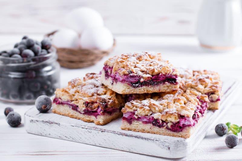 Törtchen, Torte, Kuchen mit gelierter Erdbeere, Heidelbeeren auf weißem Hintergrund Selbst gemachte Torte für Teezeit stockfotos