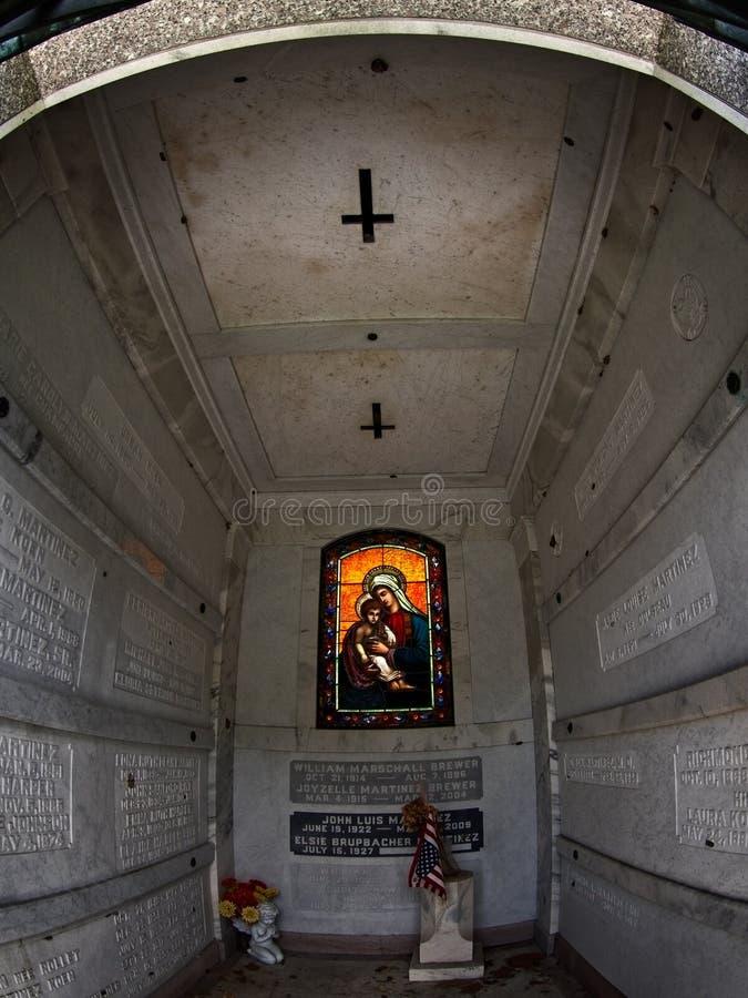 Túmulo com vitral e cruz imagem de stock royalty free