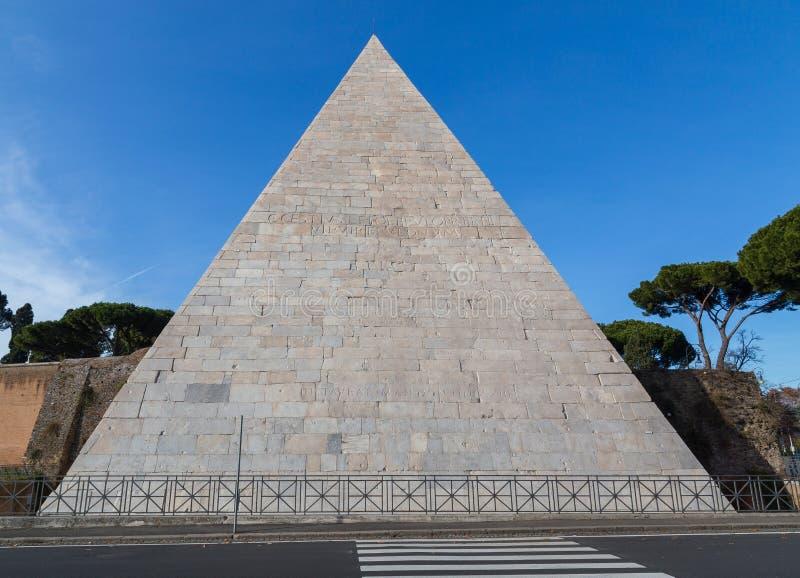 Túmulo da pirâmide de Cestius em Roma Itália fotos de stock