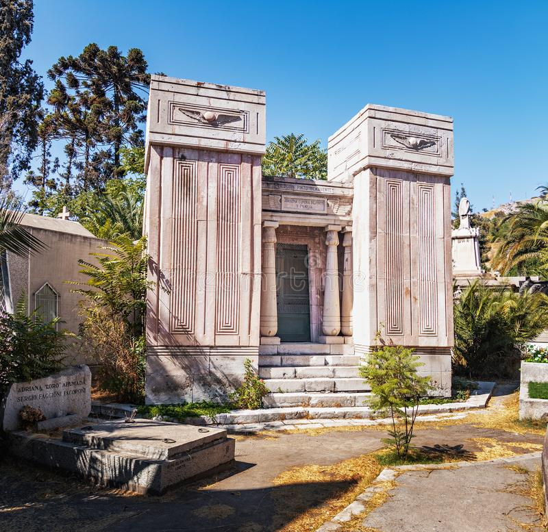 Túmulo egípcio do estilo em Santiago Cemetery - Santiago, o Chile foto de stock