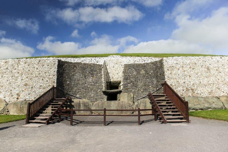 Túmulo megalítico 3200 da passagem de Newgrange BC imagens de stock