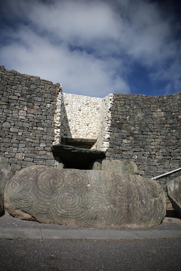 Túmulo megalítico 3200 da passagem de Newgrange BC fotografia de stock
