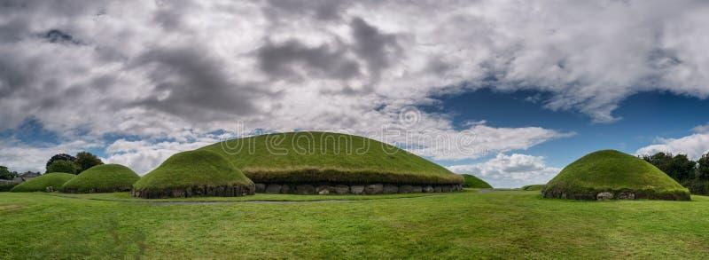 Túmulo Neolítico da passagem de Knowth, monte principal na Irlanda imagens de stock