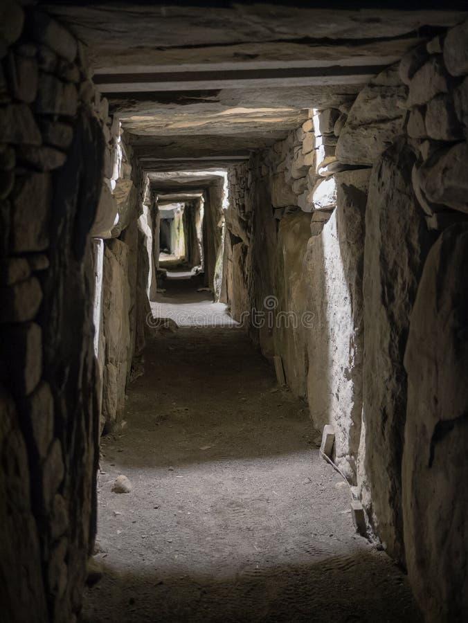 Túmulo oriental da passagem do monte Neolítico de Knowth, Irlanda imagens de stock