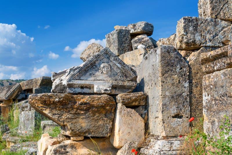 Túmulos e sepulturas de pedra na cidade da necrópolis do cemitério inoperante, antigo de Hierapolis, Pamukkale, Turquia fotos de stock