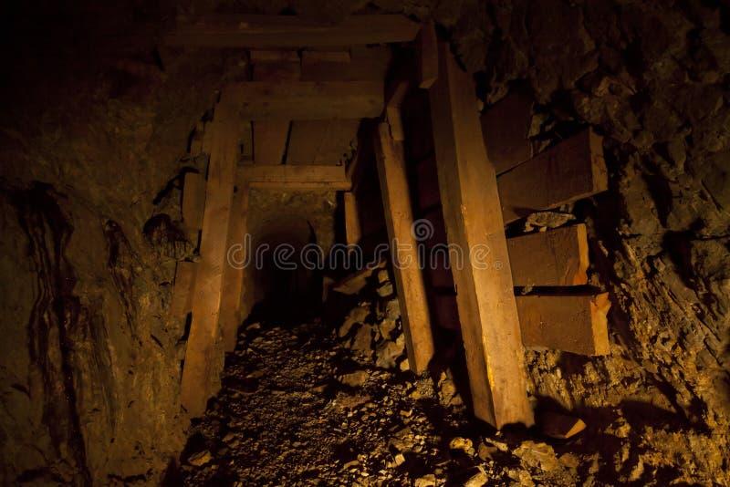 Túnel abandonado da mina de ouro imagens de stock royalty free