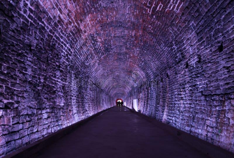 Túnel antiguo de Rarilway encendido en la púrpura, Brockville, Ontario, foto de archivo