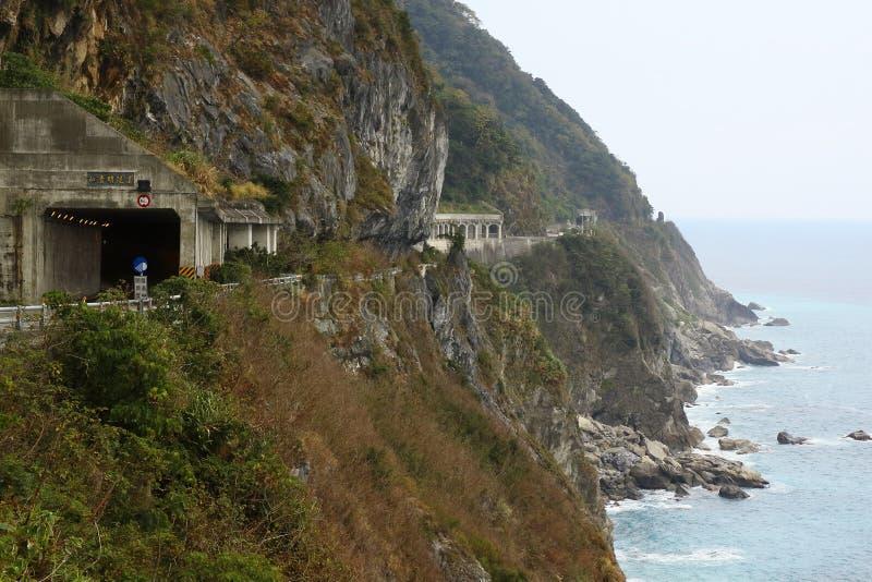 Túnel ao lado do penhasco de Qingshui na cidade de Hualien no tempo do dia fotos de stock royalty free
