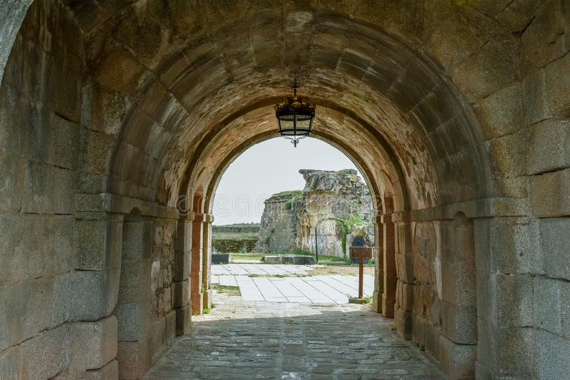 Túnel arruinado de la construcción fortificada antigua fotos de archivo