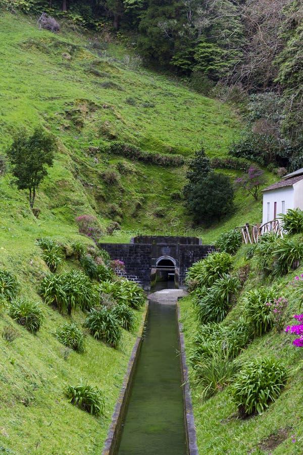 Túnel da descarga da lagoa das sete cidades em Açores fotografia de stock royalty free