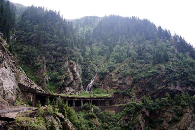 Túnel da estrada da montanha de Transfagarasan em Romênia em Europa foto de stock royalty free