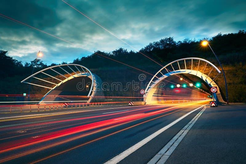 Túnel de la carretera en la noche fotos de archivo