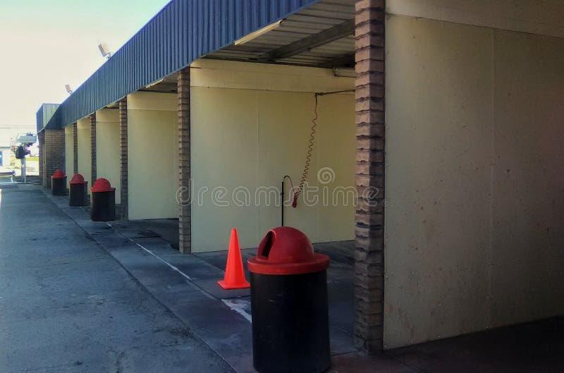 Túnel de lavado con los botes de basura foto de archivo libre de regalías