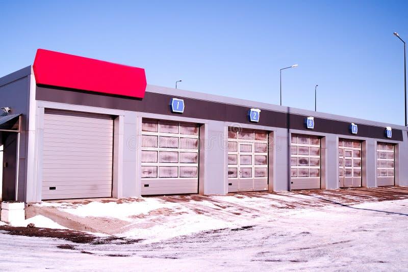 Túnel de lavado, opinión de la calle túnel de lavado, limpio, cepillo puertas múltiples en fila para más coches fotografía de archivo libre de regalías