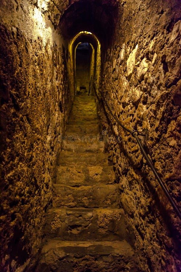Túnel de pedra estreito secreto com escadas imagens de stock royalty free