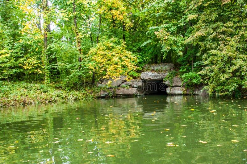 Túnel de piedra antiguo en el lago imagenes de archivo