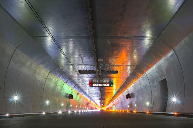 Túnel del camino sin tráfico imagen de archivo